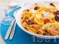 Папарделе паста със сьомга, мариновани сушени домати, каперси и пармезан